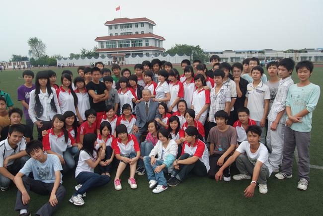 吴仲良与同学们在一起
