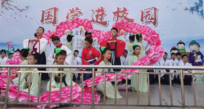 资阳机车天池希望小学的孩子们表演配乐长诗舞朗诵《春江花月夜》
